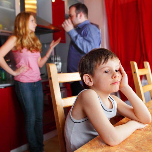 Eltern streiten sich. Junge kuckt traurig