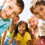 Kinder sehen in die Kamera
