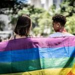 Lesbisches Päärchen mit Regenbogenflagge